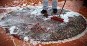تعبیر خواب شستن فرش ، در پشت بام با شلنگ آب در منزل آب ریختن روی فرش مسجد