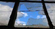 تعبیر خواب شیشه شکسته پنجره ، روی زمین و با سنگ و شکستن بطری شیشه ای