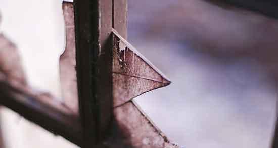 تعبیر خواب پنجره شکسته ، و تعبیر خواب شیشه شکسته روی زمین چیست