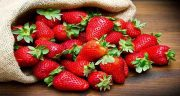تعبیر خواب توت فرنگی خوردن ؛ معنی خوردن توت فرنگی در خواب ما چیست