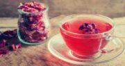 خواص گلاب در چایی ؛ یک قاشق گلاب را به چای تازه دم اضافه کنید
