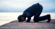 تعبیر خواب سجده ، شکر بجا آوردن بر مهر و زیارت عاشورا بر آب با گریه در مسجد