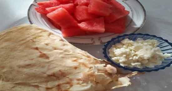 خواص نان و هندوانه ؛ فواید خوردن هندوانه با نان به عنوان میان وعده
