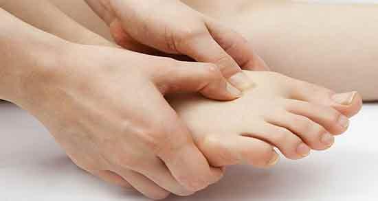 درد روی پا ؛ درد و ورم روی پا و درمان خانگی درد روی پا و علت درد روی پا هنگام راه رفتن