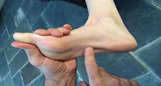 درد کف پا ؛ درمان و علت درد کف پا هنگام پریود و کمر و انگشتان در شب چیست